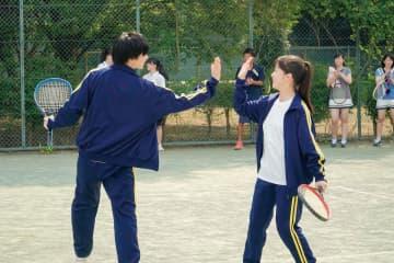 佐藤大樹&橋本環奈、テニスでダブルス!? 抜群の運動神経で爽やかハイタッチ