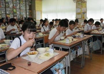 豪華メニュー食べて応援 熊本市の学校給食「わぎゅうの日」 コロナ禍、県産牛肉の需要減