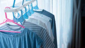 「部屋干し」の洗濯物を早く乾かすコツ、洗濯法や秋冬物の干し方も解説