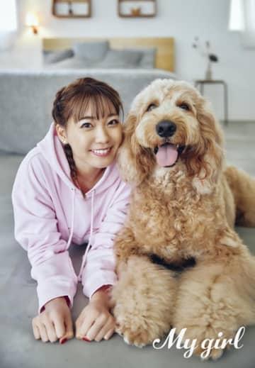 声優・斉藤朱夏、キュートな笑顔 大型犬に夢中