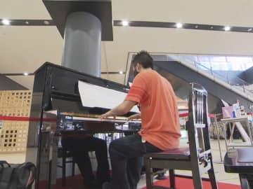 ショパンに米津玄師…人口約37万9千人の街の駅の『ストリートピアノ』半日でもスゴ腕続々