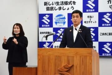 定例会見で質問に答える塩田康一知事(右)=県庁