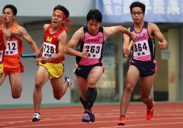 【男子400メートルリレー決勝】長崎日大のアンカー秦(中央)が第3走者金川(右端)からバトンを受けて走りだす=トランスコスモススタジアム長崎