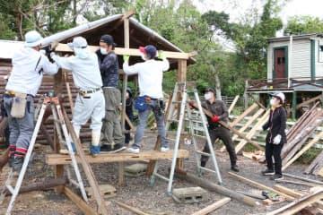 倒壊した体験施設を建て直す有明支縁会のメンバー=五島市上大津町