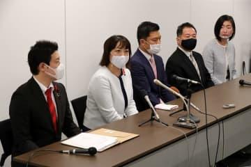 発足した立憲民主党県連の代表として意気込みを語る山田朋子県議(左から2人目)=県庁
