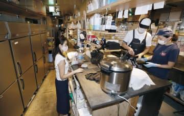 宅配専門の海鮮丼店で作業するスタッフら=9月18日、東京都目黒区