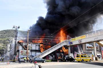 黒煙を上げ、激しく炎上する長崎市岩川町の火災現場=17日午後1時19分