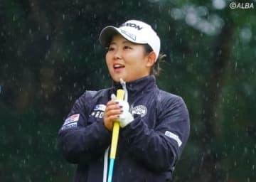 大粒の雨が降るラウンドも得意 淺井咲希が首位に浮上した(撮影:米山聡明)