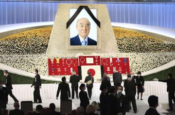 故中曽根元首相の内閣・自民党合同葬で遺影が飾られた祭壇に献花する参列者=17日午後、東京都内のホテル(代表撮影)
