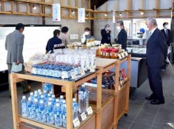 19日のリニューアルオープンを前に店内を見学する関係者=薩摩川内市の道の駅樋脇遊湯館