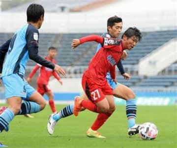 【熊本-YS横浜】後半、ドリブルでサイドを攻め込む熊本のFW樋口(中央手前)=ニッパツ三ツ沢球技場