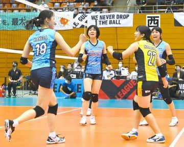 得点に喜ぶ岡山シーガルズの(左から)金田修佳、宇賀神みずきら=SAGAサンライズパーク総合体育館