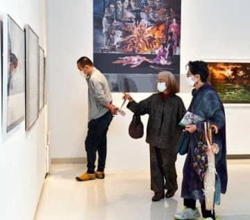 リアルで繊細な生賴作品を堪能する来場者=17日午前、宮崎市・みやざきアートセンター