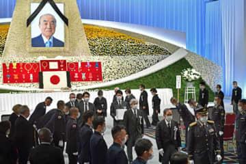 故中曽根元首相の内閣・自民党合同葬で、会場を後にする菅首相と中曽根弘文参院議員、康隆衆院議員ら=17日午後、東京都港区のホテル