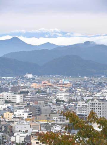 福井県福井市の足羽山から望む初冠雪した白山=10月17日午後1時ごろ