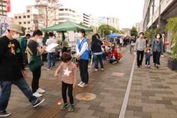 イベントブースを巡る家族連れでにぎわった福山駅周辺の歩道