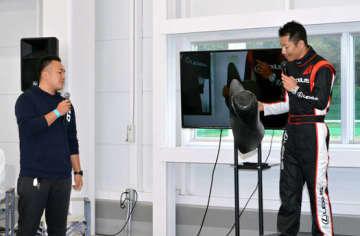 佐藤さんから渡された部品の型を手にする室屋さん(右)