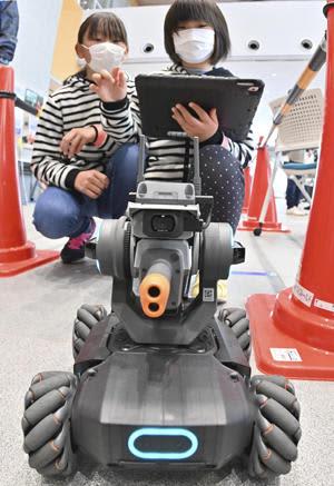 ロボット操縦を体験する子どもたち