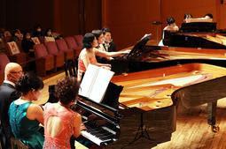 3台のグランドピアノが同時に演奏されたコンサート=神戸市中央区東川崎町1(撮影・吉田敦史)