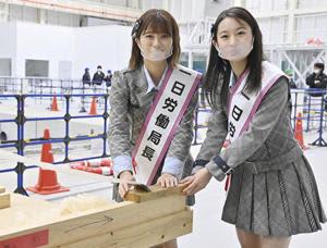 一日労働局長を務めた長谷川さん(右)と清水さん