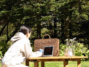 裏磐梯でのワーケーションのイメージ。裏磐梯観光活性化協議会は自然環境を生かしたワーケーションの環境づくりを進めている