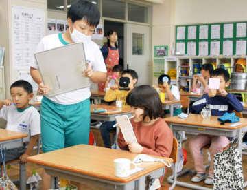 保健委員のチェックを受けながら歯磨きに取り組む児童