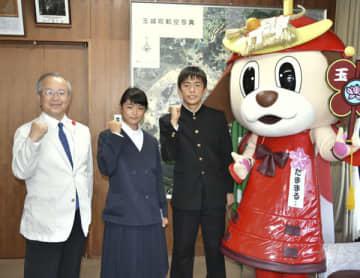 【辻村町長(左)に全国大会出場を報告した向繰さん(左から2人目)と弐皐君(右から2人目)=玉城町役場で】