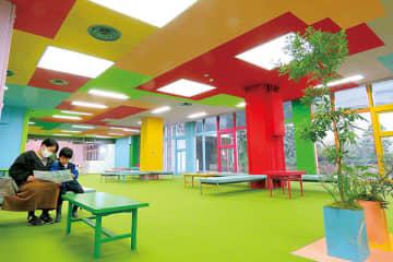 外国人作家により、天井や壁が鮮やかな色で演出された旧大宮区役所の1階エントランス=17日午後、さいたま市大宮区