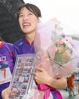 女子1600メートルリレー予選でラストランを終え、花束を手に涙ぐむ青木沙弥佳