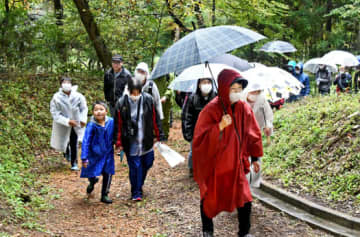 南湖森林公園を歩く参加者