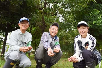 ドングリ豊作に喜ぶ(左から)太田威さん、加山孝さん、貴家章子さん=12日、川口市の上谷沼調節池