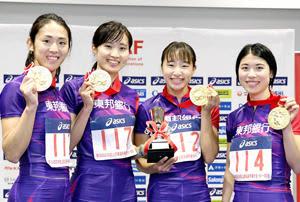 女子400メートルリレーで優勝し、表彰式でポーズをとる東邦銀行の(左から)紫村、武石、広沢、松本