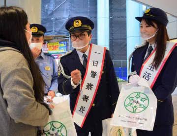 犯罪被害防止を呼び掛ける森さん(中央)と柴本さん(右)=浦安市