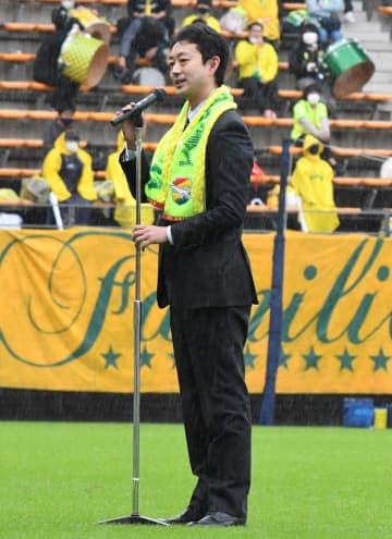 サッカーJ2千葉-町田戦前にあいさつする熊谷俊人千葉市長=17日午後、千葉市中央区のフクダ電子アリーナ