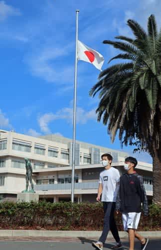 半旗が掲げられた長崎大=長崎市文教町