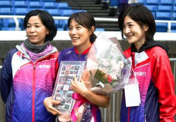 チームを共に支えてきた吉田(左)、天下谷(右)両コーチと記念撮影する青木選手