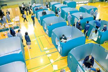 密を避けるため設置される避難所用テントが並んだ訓練会場=川越市立教育センター体育館