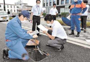 水利の位置を確認できるのもアプリの利点の一つ。消防団員、市職員共に点検に余念がない=9月7日、須賀川市役所前