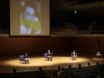 安吾作品が自身に与えた影響などについて語った藤沢周さん(中央)と石原正康さん(右)=17日、新潟市中央区