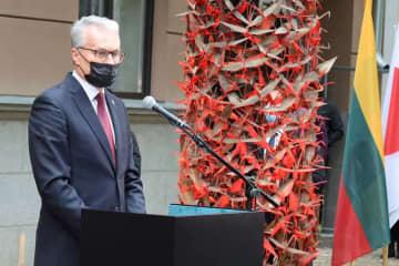17日、リトアニア・カウナスでの杉原千畝の記念碑除幕式で話すナウセーダ大統領(在リトアニア日本大使館提供、共同)