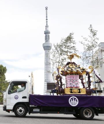 浅草神社の三社祭で、トラックに乗せられ巡行するみこし。奥は東京スカイツリー=18日午後、東京都台東区