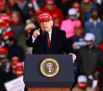 米ミシガン州マスキーゴンでの支持者集会で演説するトランプ大統領=17日(ゲッティ=共同)