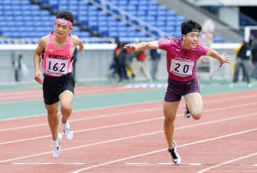 男子100メートル決勝 10秒87で同着優勝となった藤井清雅(左)と水野琉之介=日産スタジアム