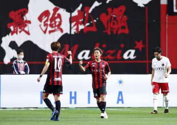 札幌―鹿島 前半、先制ゴールを決め、ガッツポーズの札幌・駒井(中央)=札幌ドーム