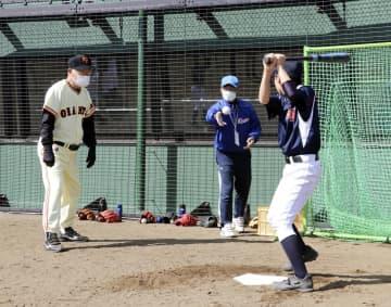 野球教室で、子どもに打撃指導する元巨人の張本勲さん(左)=18日午前、岩手県陸前高田市