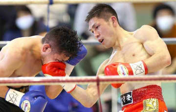 8回、右アッパーを決めるユーリ阿久井政悟(右)=浅口市天草公園体育館
