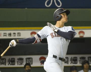 関大戦で本塁打を放つ近大の佐藤=ほっともっとフィールド神戸