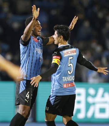 川崎―名古屋 後半、チーム2点目のゴールを決め、喜ぶ川崎・ジェジエウ(左)=等々力