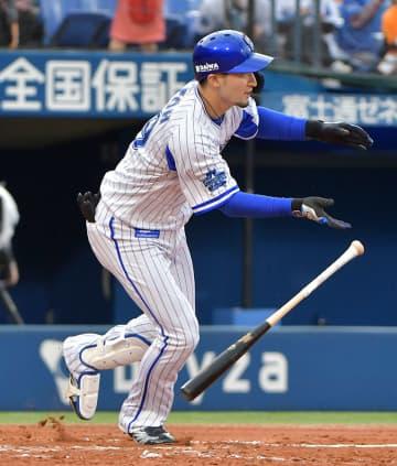 【横浜DeNA-巨人】7回横浜DeNA無死一、三塁。乙坂の代打で2点目の適時打を放った伊藤光=横浜