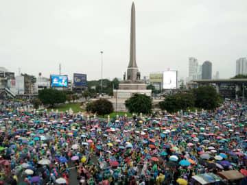 バンコクの戦勝記念塔に集まった反政府集会の参加者=18日(共同)